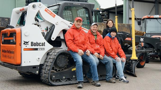 Mit vollem Einsatz für den optimalen Reitboden: Peter und Katharina Weidner (ganz links und ganz rechts) mit dem Team